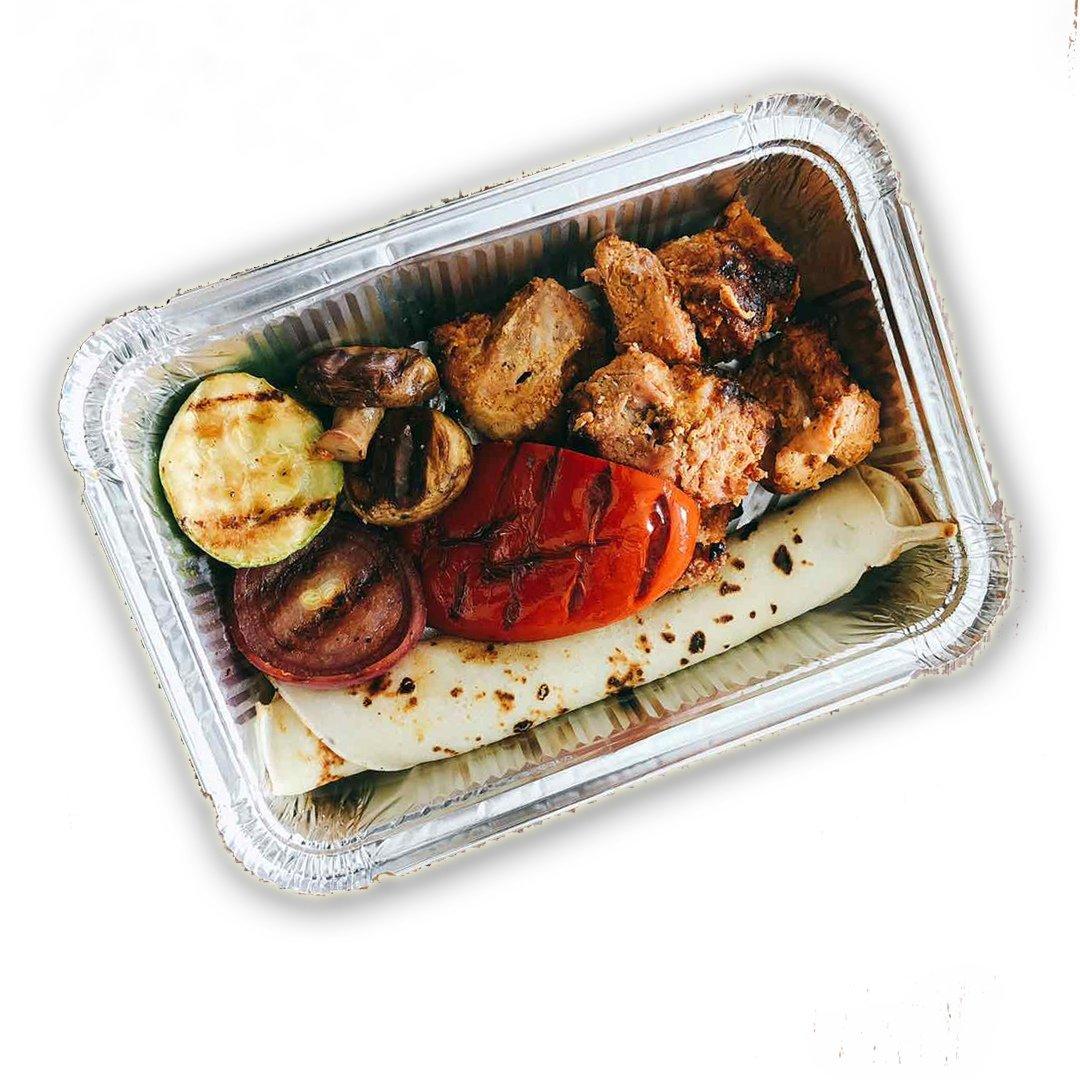Шашлык из свинины с овощами на гриле и румяным блинчиком, 390гр.