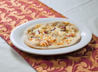 Фокачча с беконом, голубым сыром и красным луком