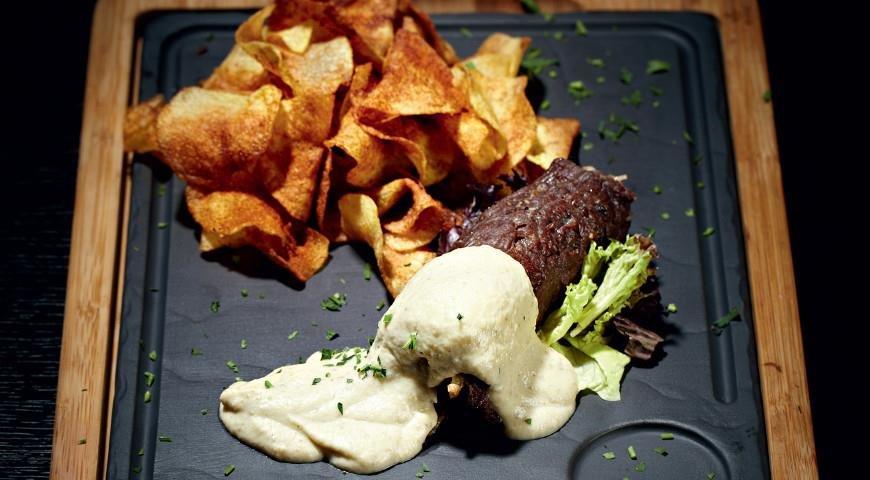Баранина на картофельных чипсах