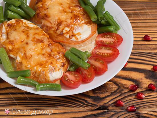 Куриная грудка на гриле с томатами и сыром
